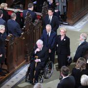 Helmut Schmidt, seine Tochter Susanne und ihr Ehemann Brian Kennedy folgen dem Sarg von Loki Schmidt aus der Kirche.