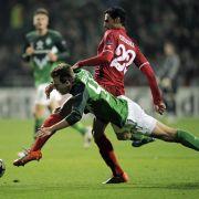 Werder im Sturzflug wie hier im Zweikampf Philipp Bargfrede (vorne) und Twentes Nacer Chadli.