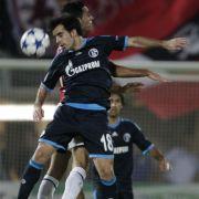 Geschenkt wurde sich nichts: Schalkes Jose Jurado (vorne) und Hapoels Eran Zahavi im Kopfballduell. Am Ende trennten sich die Teams 0:0.