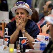 Doch nicht überall herrschte gute Laune bei den Republikanern: Nachdem Unterstützer von Sharron Angle in Nevada erfahren, dass die Tea-Party-Kandidatin gegen den demokratischen Senatsfraktionschef Harry Reid unterliegt, machen sie lange Gesichter.