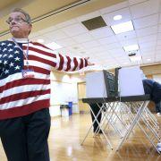 Insgesamt waren 218 Millionen Wahlberechtigte zur Wahl aufgerufen. Dieser Wahlhelfer in Wisconsin trug die Landesfarben sogar am Körper.