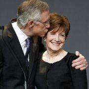 In dem mit Spannung beobachteten Senatsrennen in Nevada behauptete sich der demokratische Senatsfraktionschef Harry Reid. Da darf sich auch seine Frau Landra über ein Küsschen freuen.