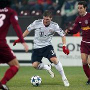 Bastian Schweinsteiger (M) hat gegen Felice Piccolo (l.) und Emil Dica von Cluj keine Probleme.