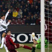 Mario Gomez (l.) erzielt in Cluj nach zwölf Minuten das 1:0.