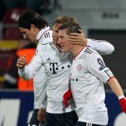 Bastian Schweinsteiger (r.) jubelt nach seiner Kopfballvorlage zum 2:0 mit Andreas Ottl (M) und Torschütze Mario Gomez.