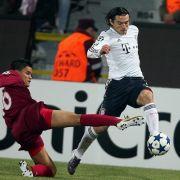 Bayerns Danijel Pranjic (r.) überläuft mit dem Ball am Fuß Rafael Bastos.