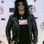 Slash überreicht den Preis für den besten Live-Act