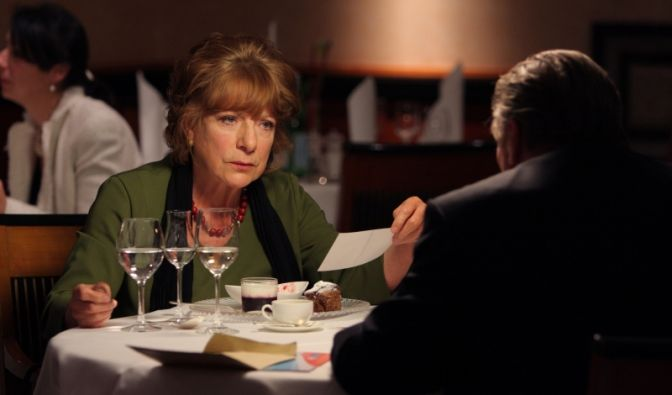 Während eines Abendessens versucht Staatsanwalt Mehlhorn (Hansjürgen Hürrig) Bella Block (Hannelore Hoger) zu einer Reise nach Stockholm zu überreden, um dort in einem alten Mordfall privat zu ermitteln.