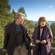 Gunnar Andersson (Rolf Lassgård) zeigt Bella Block (Hannelore Hoger) Ferienhäuser in Schweden, weil Bella vermeintlich eines mieten möchte.