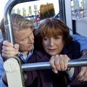 Ausgerechnet vor seinem Immobilienbüro in Stockholm erleidet sie eine Panik-Attacke und Gunnar Andersson (Rolf Lassgård) eilt herbei und beruhigt Bella Block (Hannelore Hoger).