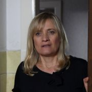 Die nämlich beschuldigt entgegen ihrer damaligen Aussage die Schwägerin von Andersson Simone Behnke (Ulrike Grote), Schwester der ermordeten Ulrica Andersson. Sie soll damals in Andersson verliebt gewesen sein.