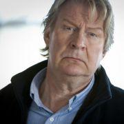 Gunnar Andersson (Rolf Lassgård) lebt seit dem Verschwinden seiner Frau als Immobilienmakler in Stockholm. Zu ihm reist Bella, um ihm auf den Zahn zu fühlen.