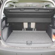 ... die Rücksitze lassen sich umklappen, in Querrichtung verschieben sowie in der Länge verstellen, so dass das Ladeabteil von nicht üppigen 405 auf bis zu 545 Liter erweitert werden kann.