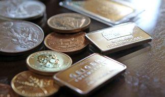 Münzen und Barren aus Gold und Silber. (Foto)