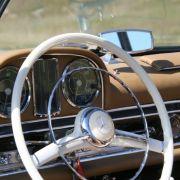 Ein Rennlenkrad ist das weiße Bakelit-Steuer nicht, aber zum Minimal-Chic des Mercedes 300 SL passt es.
