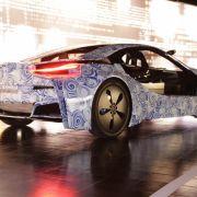 Der Prototyp liegt mit seinen 21-Zoll-Energiesparreifen mit 195 Millimetern Breite satt auf der Fahrbahn. Einen wichtigen Anteil daran hat die Platzierung des visionären Lithium-Polymer-Akkus in der Fahrzeugmitte.