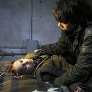 Die Kinder sind auf der Flucht. Vor allem der herzkranken Ella (Ella Zirzow) geht es schlecht.