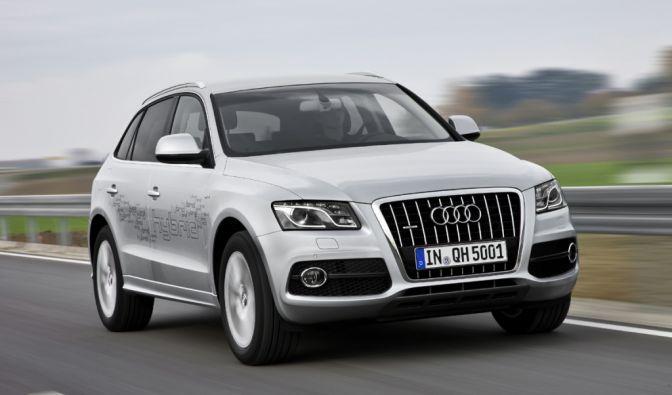 Das neue Audi-Modell Q5 Hybrid Quattro eröffnet den seriell gefertigten Elektroreigen: Es ist ein Parallelhybrid, der zwei Antriebe nutzt: einen 2.0 TFSI Ottomotor und einen Elektromotor, der von einer kompakten Lithium-Ionen-Batterie gespeist wird.