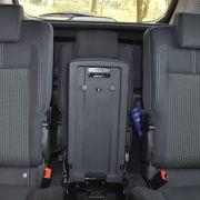 ... wird der Sitz in der Mitte nicht gebraucht, so lässt er sich zusammenklappen und versenken. Die äußeren Sitze rücken in die Mitte und die beiden Passagiere freuen sich über deutlich mehr Raum.