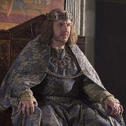 Sitzt noch fest auf seinem Thron: König Heinrich I. (Clive Wood). Doch da sein Sohn bei einem Schiffsbrand ums Leben kam ...