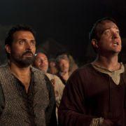 Doch Glück im Unglück, denn der Prior Philp (Matthew Macfadyen, r.) gibt Tom den Auftrag, ...