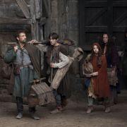 Unterdessen suchen der Baumeister Tom (Rufus Sewell) und seine Familie Arbeit.