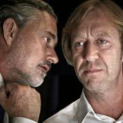 ... Uwe Gonzoldt (Rolf Kanies, links), Chef der Sicherheitsfirma Protecta Society, und Harald Rösler (Oliver Stritzel), Forscher am Pre-Crime-Center, etwas im Schilde führen.