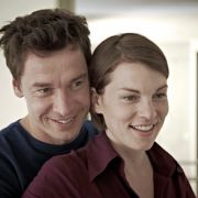 Noch sind Johanna (Victoria Mayer) und ihr Mann Tom (Bernd Gnann) glücklich.