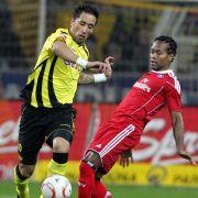 Lucas Barrios (links) war nicht nur in dieser Situation schneller als Zé Roberto und die anderen HSV-Spieler.
