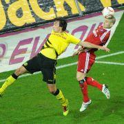Mladen Petric (rechts) hat bei diesem Kopfballduell gegen Mats Hummels zwar das bessere Timing, blieb ansonsten aber blass.