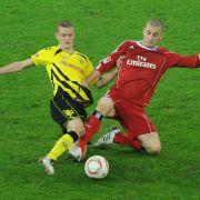Hier kämpfen Dortmunds Sven Bender (links) und HSV-Angreifer Mladen Petric um den Ball.