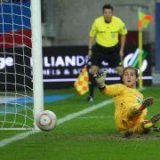 Für Tobias Sippel schien die Partie in diesem Moment schon gelaufen zu sein: Dem Gegentreffer zum 0:3 kann Lauterns Keeper hier nur hinterher schauen.