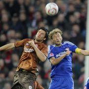 Augen zu und durch: St. Paulis Florian Bruns (links) und Bayers Simon Rolfes im Kopfballduell. Das Team des Zweiteren gewann die Partie mit 1:0.