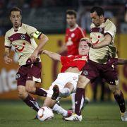 Kurz vor der Halbzeit fasste sich Hannovers Sergio Pinto (rechts) ein Herz und zog aus 30 Metern ab.
