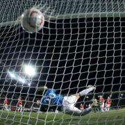 Und der Ball zappelte im Netz. Mainz-Keeper Christian Wetklo sah bei dem Gegentor nicht glücklich aus.