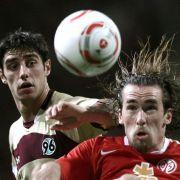 Während der Partie standen dem Mainzer Christian Fuchs (rechts) die Haare zu Berge. Danach musste er sich die Haare eher raufen. Sein Team verlor gegen Hannover mit 0:1.