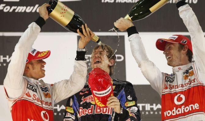 Sebastian Vettel (Mitte) und die McLaren-Kollegen Lewis Hamilton (links) und Jenson Button.