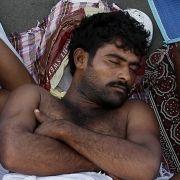 Viele Muslime schlafen im Freien oder in eigens errichteten Zeltstädten, weil die Übernachtungskapazitäten bei weitem nicht reichen.