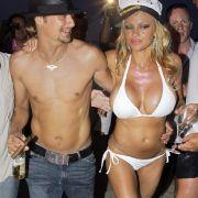 Sieht so aus wie Pamela Anderson, die Frau an Kid Rocks Seite - ist auch Pamela Anderson. Die Blondine und der Rocker waren von Juli bis November 2006 verheiratet. Kurz und heftig, wie die Boulevardpresse ausführlich berichtete. Auf dem Bild torkeln die b