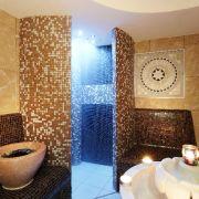 Mosaikfliesen und gedämpftes Licht sind in vielen Hamams zu finden. Das macht das Dampfbad noch gemütlicher.