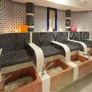 Nach den Massagen und der Reinigung zieht ein kühles Fußbad die angestaute Hitze aus dem Körper. Steine im Marmorbecken massieren zusätzlich die Füße.