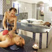 Nach dem Dampfbad und dem Duschen folgt die Massage mit dem Kese. Mit einer speziellen Technik führt der Tellak den Peelingshandschuh aus Rohseide über den Körper. Schmutz und Hautpartikel Haut werden dabei porentief entfernt.