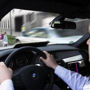 Vorsicht Fußgänger! Reagiert der Fahrer nicht schnell genug, mischt sich inzwischen auch bei BMW ein elektronischer Bremsassistent ein.