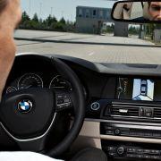 Die neu eingebaute Surround View zeigt den BMW 5er beim Parken aus der Vogelperspektive. Ein Parkassistent übernimmt beim Rangieren das Lenken.