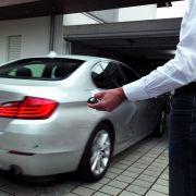 Knopfdruck genügt - ein neues Assistenzsystem von BMW ermöglicht Autofahrern, den Wagen quasi per Fernbedienung in der Garage einzuparken.
