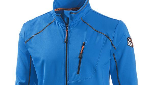 Die knallblaue Skijacke von EXXTASY lässt sich perfekt mit einer weißen Hose kombinieren.