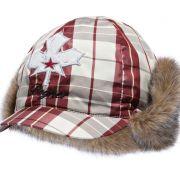 Edel und dezent: Die rotkarierte Mütze mit Fellbesatz von Bogner zeigt, dass Sie auch auf der Piste Stilsicherheit und Geschmack beweisen.