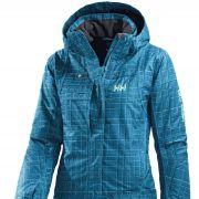 Helly Hansen hat den Farbton Blau ebenfalls aufgegriffen und in einer wärmenden Skijacke für Damen Funktionalität und Trend miteinander verbunden.