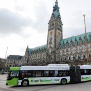 ... zum Beispiel in Hamburg. Der Citaro G BlueTec Hybrid von Mercedes wird von elektrischen Radnabenmotoren angetrieben, die ihren Strom aus Lithium-Ionen-Akkus beziehen.
