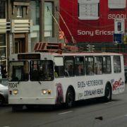 Die Energie saugen sie aber nicht aus Batterien, sondern direkt aus der Oberleitung wie bei einer Straßenbahn. Der Aufbau und Unterhalt einer O-Bus-Linie ist entsprechend aufwändig.